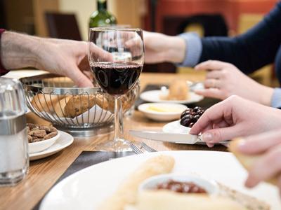 """Buchen Sie Ihre Mahlzeiten im À-la-carte-Restaurant """"The Brasserie"""" oder ein Unbegrenzt-Essen-Buffet in """"The Kitchen"""" im Voraus und genießen Sie ausgezeichnete Speisen, bei denen Sie auch noch Geld sparen."""