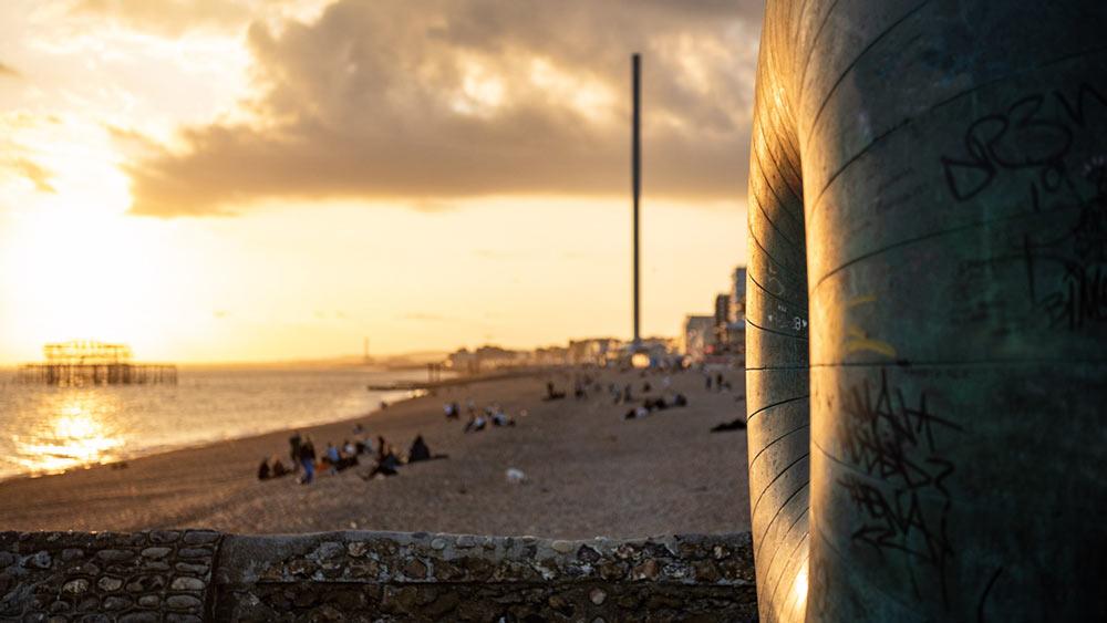 Brighton Beach bij zonsondergang