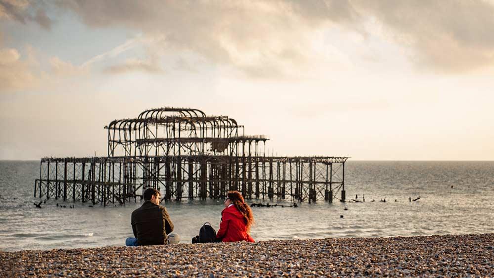 Stel dat ontspant bij de Brighton Beach Old Pier