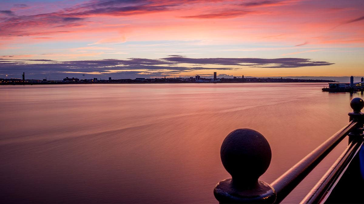 Zonsondergang aan de waterkant in Liverpool