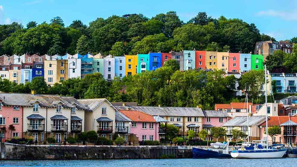 Farbenprächtige Häuser am Ufer in Bristol