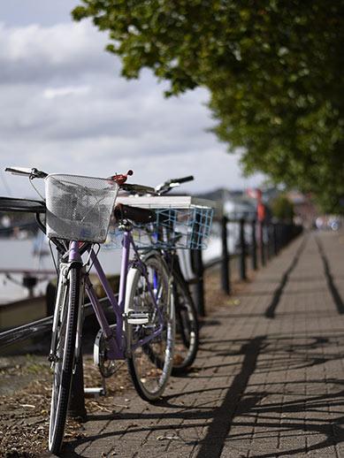 Fietsen langs de rivier in Bristol, Engeland