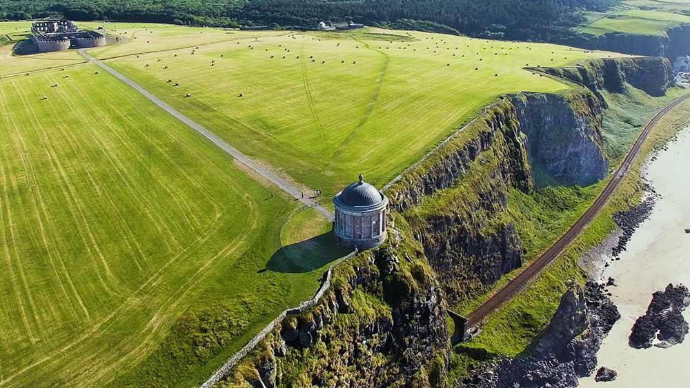 Mussenden Tempel bergafwaarts in Demesne Ierland