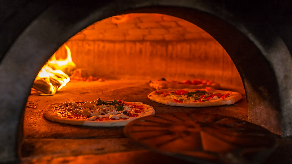 Cooking fresh pizza in Naples
