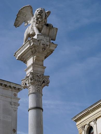 Venice with kids - lion sculpture