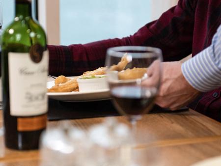 Brasserie – Kellner serviert eine Mahlzeit