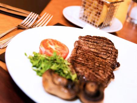 Steak frites servi à La Brasserie