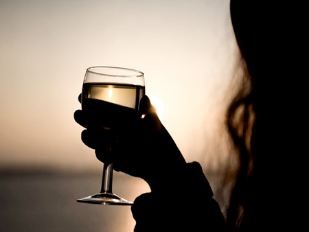 Brasserie - silhouette de femme et verre de vin sur coucher de soleil