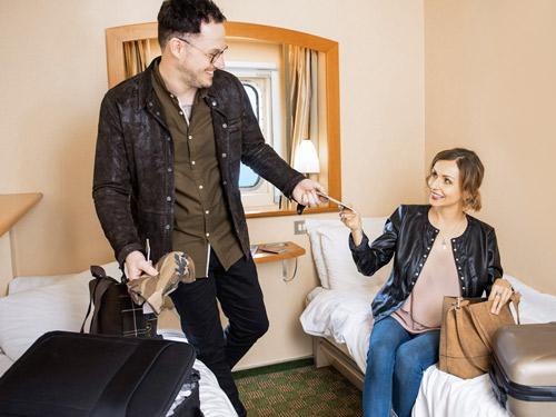 Défaire ses valises en couple dans une cabine Premier