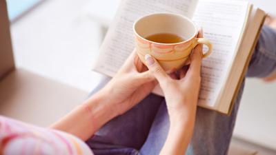 Espace calme - femme lisant un livre avec sa tasse de thé
