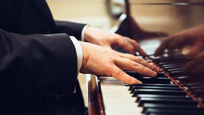Sky lounge bar - gros plan d'un homme jouant du piano