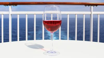 Sun deck bar - verre de vin sur une table extérieure au soleil