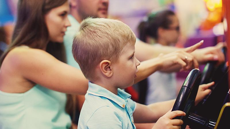 Videospieleraum – Mutter und Kind spielen gemeinsam