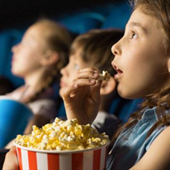 Kinderen in de bioscoop van P&O Ferries