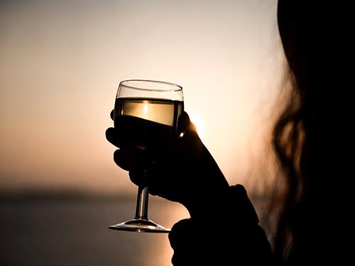Glas Wein bei Sonnenuntergang