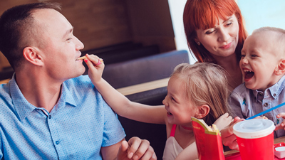 Family Lounge - une jeune famille qui mange et s'amuse dans un salon