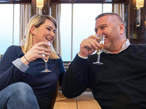 Couple se relaxant au Club Lounge P&O Ferries.